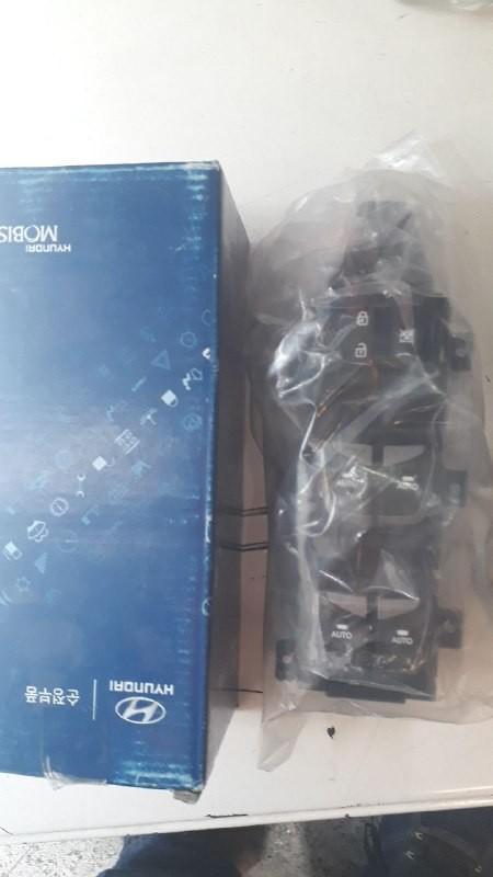 کلید شیشه بالابر چپ هیوندایی سانتافه مدل ۲۰۱۵ اصلی فابریک  ۹۳۵۷۰ ۲W520